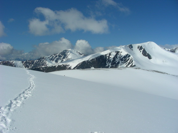 След на Куполе. Точка на снегу - наша палатка.