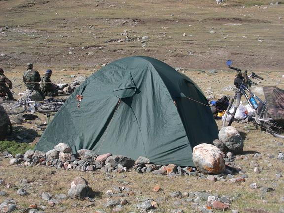 Каменное обвалование палатки